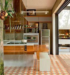 O ladrilho hidráulico, no piso, deu personalidade a esta cozinha.