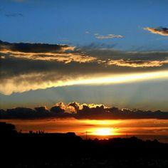 Sou amante do alto contraste e o Sol sabe disso. Pôr do Sol em BH, com direito a ver um golfinho nas nuvens. Consegue enxergar?  https://www.instagram.com/p/zD07YRtwgq/