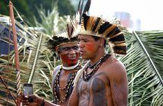 Forscher entdecken abgelegenen Regenwaldstamm, der noch immer Apple iPhone 3GS verwendet - São Paulo (dpo) - Von der Außenwelt isoliert: Ein internationales Forscherteam hat in Brasilien einen Indio-Stamm entdeckt, dessen Mitglieder so rückständig sind, dass sie noch immer das Apple iPhone 3GS benutzen. Wo genau der Amazonas-Stamm siedelt, will die brasilianische Regierung nicht bekanntgeben, um die Indios vor den schädlichen Einflüssen der modernen Zivilisation zu schützen.