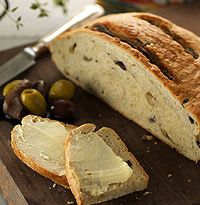 Ciambella all'acciughe e olive - anchovy and olive bread recipe - hellomagazine.com