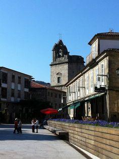 Plaza en Pontevedra, al fondo la basílica de Santa María