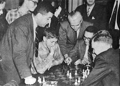 Image réduite [1957 Bobby Fischer vs James Gore Manhattan Chess Club in  _ Daniel Benninson on Bobby right.jpg - 156kB]