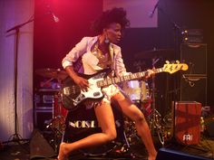 Goeie band, goeie liedje, goeie zangeres en check die Jaguar Bass!