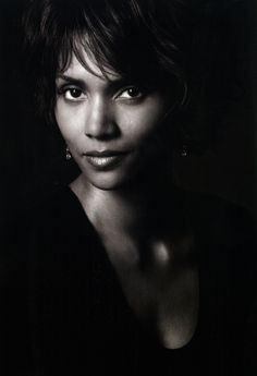 it goes Halle Berry or halleluiah Halle Berry, My Black Is Beautiful, Beautiful People, Most Beautiful Women, Famous Women, Famous People, Poses Photo, Hollywood, Celebrity Portraits