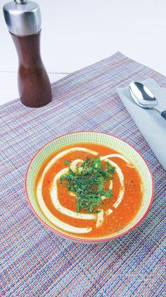 Rode paprikasoep: zijdezacht en romig | KoolhydraatarmRecept.nl Curry, Keto, Healthy, Ethnic Recipes, Salad, Kalay, Curries, Health