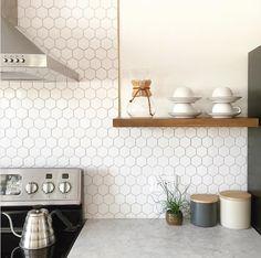 De hexagontegels zijn erg veelzijdig. Je kunt kiezen voor kleine of grote tegels, in een kleur of patroon, of houdt ze neutraal voor een rustig effect.