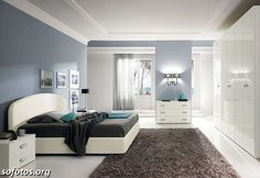 quartos de casal azul e branco