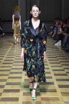 Anti Fashion, Modern Fashion, Bohemian Fall, Haute Couture Fashion, Costume Dress, Fashion Outfits, Womens Fashion, Catwalk, Beautiful Dresses
