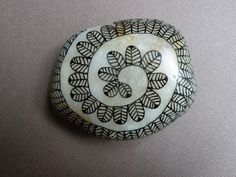 oeuvresverotib: galets - painted rock with Zentangle type design. I love the base paint on the rock. looks like the inside of a shell. Make a brooch Pebble Painting, Dot Painting, Pebble Art, Stone Painting, Stone Crafts, Rock Crafts, Sharpie Art, Sharpies, Art Pierre