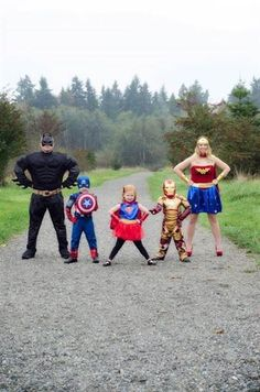 19 of the cutest family theme costumes for Halloween Family Themed Halloween Costumes, Disney Family Costumes, Last Minute Halloween Costumes, Couple Halloween, Holidays Halloween, Halloween Costumes For Kids, Superhero Family Costumes, Zombie Costumes, Group Halloween