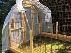 Bygga ett Tunnelväxthus av Sofie Persson | PANKPRAKTIKAN Tunnel Greenhouse, Backyard Greenhouse, Greenhouse Plans, Vertical Vegetable Gardens, Cinder Block Garden, Bokashi, Aquaponics, Growing Vegetables, Outdoor Gear