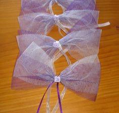 Un tuto pour confectionner des noeuds de décoration pour les voitures du cortège du mariage : Il vous faut du tulle des différentes couleurs du mariage. Compter 40 cm de chaque couleur par noeud et 2 à 3 noeuds par voiture (selon le modèle les