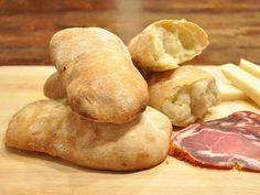 Porta in tavola un buon pane ciabatta Bimby fatto in casa. Perfetto da farcire per una scampagnata o una merenda all'aperto, costa poca fatica e poco tempo!