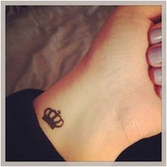 Une petite couronne : | 57 idées géniales de tatouages pour poignets
