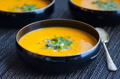 This carrot soup with ginger and turmeric is a great dinner for those dreary winter days. It has the added value of helping you to fend off colds.