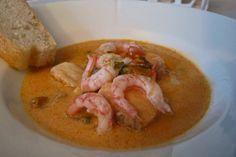 Fiskesuppe med blåskjell er en enkel suppe å lage. Dersom du tar noen snarveier lager du suppen forholdsvis raskt. Fiskesuppe med blåskjell er mild, smakfull, kremete og har en fantastisk farge.