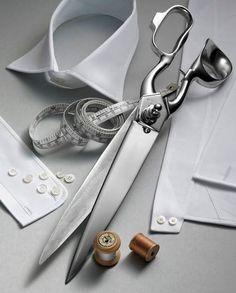 """Para un buen acabado a parte de un buen diseño y buenos patrones es esencial un buen corte . Un mal cortado puede estropear una pieza de gran belleza. En costura como en carpintería es necesario aplicarse el """" tres veces medir, uno cortar""""."""