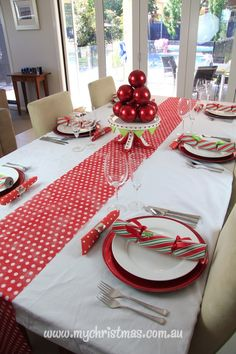 Simple, elegant table settings for Christmas Day from www.mychristmas.com.au.