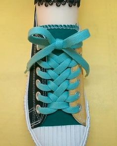 Diy Clothes Life Hacks, Diy Clothes And Shoes, Clothing Hacks, Ways To Lace Shoes, How To Tie Shoes, Ways To Tie Shoelaces, Shoe Lacing Techniques, Diy Fashion Hacks, Creative Shoes