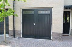 Openslaande houten garagedeuren model Markelo Deurdikte 68mm Dark Red Meranti Links of rechts openslaand (van buiten gezien) Symmetrische verdeling Deuren zijn voorzien van een zeer hoogwaardige isolatiekern Rubber tochtkader in zowel de deuren als het kozijn gefreesd Deuren voorzien van een bovenlicht inclusief roedeverdeling, hoogte van de beglazing geheel naar wens Soort beglazing HR++ 4-16-4 … Outdoor Decor, Pool Houses, Gate Design, Garage, Garage Doors, Home, Gable Decorations, Back Doors, Doors