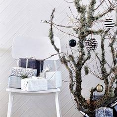Le blanc est incontestablement LA couleur de la décoration scandinave. Et quand il s'agit de Noël, pas question de l'oublier. Pour un Noël scandinave esprit nature on mêle le bois et le blanc, et pour un Noël scandinave plus urbain et sophistiqué on l'associe au noir pour un look graphique. Le blanc a cet atout de permettre de customiser la décoration comme on le souhaite, sans aucune contrainte. Si vous aimez le blanc plus que tout, le total look blanc est tout à fait possible.