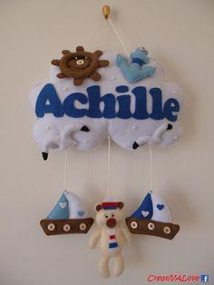 Un'ancora, un timone, due barchette e un tenero orsetto decorano la nuvoletta in stile marinaro per la nascita di Achille. Creazione handmade in pannolenci/feltro. Handmade Felt Creations