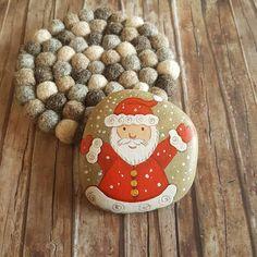 Hand painted Santa on stone, Christmas home decoration on Etsy by Claudia Nanni Fine Art https://www.etsy.com/it/listing/258871541/sasso-dipinto-con-babbo-natale #etsy #xmas #santaclaus #santa #pebbleart #stoneart #christmas #homedecor #snow #red