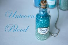 See how easy it is to make your own bottle of unicorn blood! Harry Potter learned about unicorn blood in the first story, Harry Potter and the Sorcerer's Stone. Harry Potter Diy, Natal Do Harry Potter, Harry Potter Thema, Harry Potter Potions, Theme Harry Potter, Harry Potter Birthday, Bottle Jewelry, Bottle Charms, Bottle Necklace