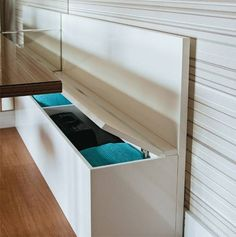 O banco-baú (1,70 x 0,50 x 0,90 m*, com o encosto) acomoda os convidados dur...
