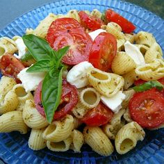 """Pesto Pasta Caprese Salad 