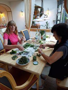 die gesammelten Kräuter werden für unsere Heilapotheke zu Tinkturen verarbeitet. Annelies Stocker Kräuterfachfrau begleitet Sie und gibt Anregungen für die Nutzung der Kräuter