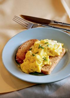 SCRAMBLED EGG WITH CHEESE AND CHIVES ON TOAST