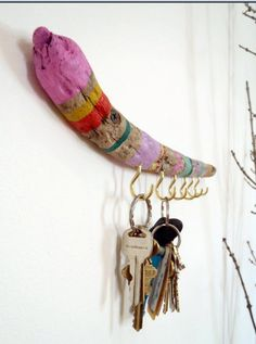 5 DIY Driftwood Crafts (http://blog.hgtv.com/design/2013/06/13/5-diy-driftwood-crafts/?soc=pinterest)