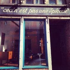 Deze winkel heeft zijn naam niet gestolen. Het is inderdaad geen kruidenier, maar een winkel waar ze vintage meubels verkopen. Mooie verwijz...