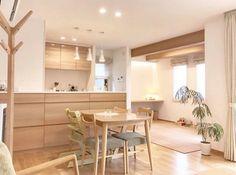 ナチュラルテイストで統一されたキッチン。ryuryu_homeさんのキッチンを探索!【クリナップ クリンレディ(ダイワハウス特注)】 | ムクリ[mukuri] Kitchen Bar Design, Home Room Design, Muji Home, Japanese Home Design, Beach House Kitchens, Muji Style, Minimalist Living Room Decor, House Interior, Minimalist Kitchen Design