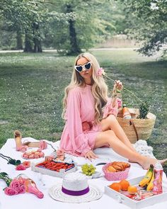 ladies fashion that look cool. Picnic Fashion, Women's Summer Fashion, Picnic Date, Summer Picnic, Picnic Photography, Fashion Photography, Jean Marie, Barbie Life, Watercolor Fashion