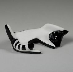 Porcelain cat figurine designed by Lubomir Tomaszewski and produced by Fabryka Porcelany AS Ćmielów (Poland) - 2006 Porcelain Ceramics, Ceramic Pottery, Pottery Art, I Love Cats, Crazy Cats, Thai Art, Ceramic Animals, Cat Crafts, Modern Ceramics