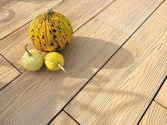 Quelle: Lithonplus. Betonplatte in Holzoptik.   UNVERWECHSELBARES FLAIR  Eine feingliedrige, filigrane Holzoptik macht Timber zu einem sehr angenehmen Terrassenbelag mit unverwechselbarem Flair. Das schlanke Format eignet sich ideal für ein authentisch wirkendes Flächenbild.