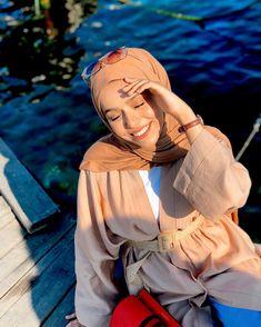 Image may contain: one or more people and outdoor Tesettür Makyajı Modelleri 2020 Hijab Style, Hijab Chic, Muslim Girls, Muslim Women, Snapchat People, Hijab Fashion, Teen Fashion, Fashion Ideas, Selfie Poses