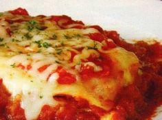 Receita de Bifes à Milanesa com Purê de Batatas - bifes à milanesa, arrumados. Coloque sobre os bifes o purê de batata, a mussarela fatiada e em seguida cubra com molho de tomate pronto. Leve ao...