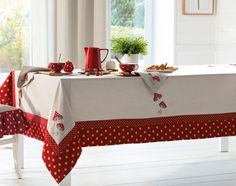 Billedresultat for Linge de table esprit chalet Chair Covers, Table Covers, Rico Design, Vintage Tablecloths, Table Linens, Tablecloth Ideas, Fabric Crafts, Kitchen Decor, Diy And Crafts