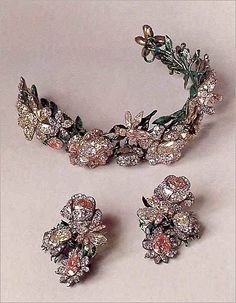 Russian diadem / tiara and earrings circa A wreath of roses and bees set with colored diamonds of yellow and pink. The leaves are enameled gold. Each element of the wreath is reversible for versatility, and can be divided into 7 pieces. (from Munn Royal Jewelry, Jewelry Box, Jewelery, Jewelry Accessories, Fine Jewelry, Gold Jewelry, Enamel Jewelry, Glass Jewelry, Jewelry Stores