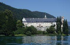 Abbaye de Hautecombe - vue de la façade sud depuis le Lac du Bourget