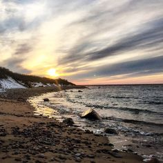 Still a bit of winter out on the #island! Here's a snowy spring sunset at Grace's Cove. This rocky secluded #beach is on the west side of the island and makes up part of Block Island's 17 miles of beach. That's a lot of beach for a place 7 miles long and 3 miles wide! #blockisland #blockislandlife #beachlife