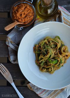 ZUCCHINi NOODLES with RED WALNUT PESTO : : : : : : : NOODLES VEGETALES DE CALABACĪN CON PESTO ROJO DE NUECES