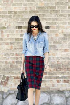 Acheter la tenue sur Lookastic:  https://lookastic.fr/mode-femme/tenues/chemise-en-jean-bleu-clair-jupe-crayon-ecossaise-rouge-sac-fourre-tout-en-cuir-noir/924  — Chemise en jean bleue claire  — Jupe crayon écossaise rouge  — Sac fourre-tout en cuir noir