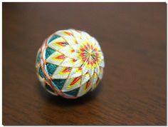 絹糸で綴る、あめ玉サイズの小さな世界にうっとり。 重なる絹糸のみやび ころんとかわいいちいさなてまりの会