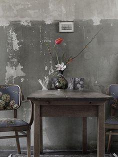 bodegon mesa sillas cuadro, soledad... no tan romantico. solo por la idea de hacer algo asi con las manzanas ahi, cuchillo...