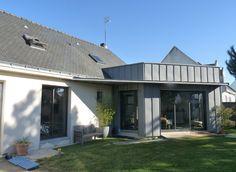 Cette extension bois et zinc de 46m² a été construite en 2012 à Orvault, dans la proche périphérie de Nantes. Elle a été réalisée en partenariat ave