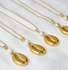 Acquiring a pearl locket can be a difficult task since if you actually desire top-notch pearls there are a number of concerns and steps to require to ensure you do get the quality that you are looking for. Ocean Jewelry, Beach Jewelry, Photo Jewelry, Fashion Jewelry, Simple Necklace, Simple Jewelry, Cute Jewelry, Shell Bracelet, Shell Necklaces
